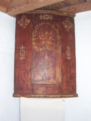 245.) Hängskåp för hörn i originalfärg daterat 1839 (publ.26/11-19)