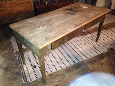 77.) Lantligt bord i orört skick.   (publ.10/4-19)
