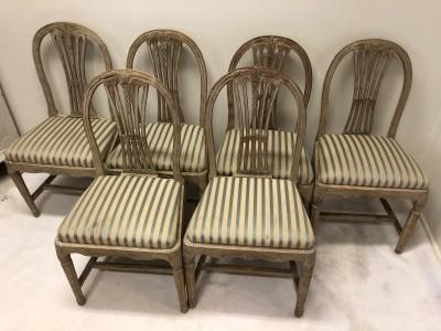 186.)6 gustavianska stolar med en umbragrön originalfärg.   (publ.10/4-19)