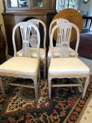 274.) Gustavianska stolar med en framtagen gråaktig färg.(publ13/5-20)