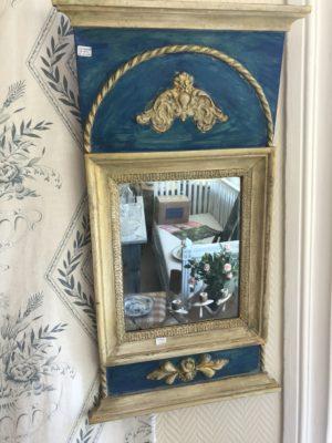 282.) En empirespegel med en framtagen förgyllning och färg.  ( publ.1/6-20)