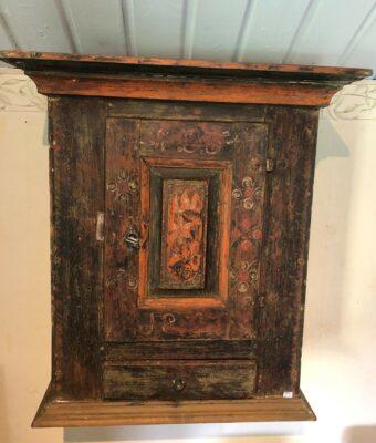 330.)Väggskåp med en framtagen originalfärg daterat 1807 (publ.14/6-21)